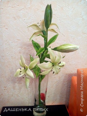 Приветствую всех заглянувших:-)вот такая ветка лилии у меня получилась:-)делала я по мастер-классу Ирины Батуевой http://stranamasterov.ru/node/1055126 Ну до ее шикарного цветка мне конечно далеко:-)у меня пока получается толстоватые и стебель и листочки:-(ну есть к чему стремиться:-)планирую сделать ещё парочку таких веточек и подарить на день рождения маме:-) фото 2