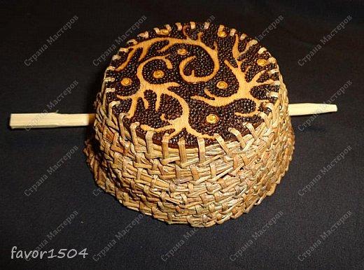Вот такая заколка на гульку (пучок) из сосновой иглы безниточным плетением и выжигание на тонкой фанере... фото 1