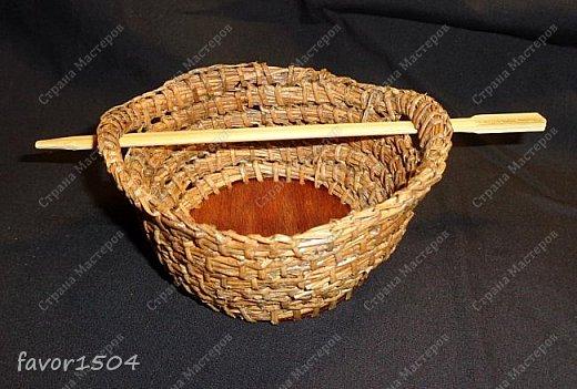 Вот такая заколка на гульку (пучок) из сосновой иглы безниточным плетением и выжигание на тонкой фанере... фото 3