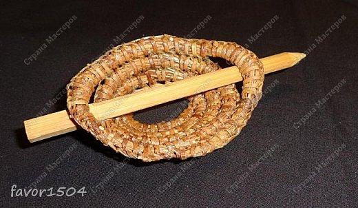Вот такая заколка на гульку (пучок) из сосновой иглы безниточным плетением и выжигание на тонкой фанере... фото 5