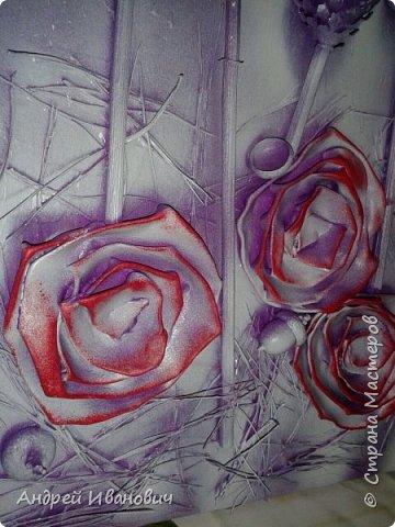 Материалы:фон ДСП,шишки,жёлуди,палочки,иголки  Розы выполнены из кусочков кожзаменителя Покрыто все акриловыми красками и напоследок эмалью из баллончика  фото 3