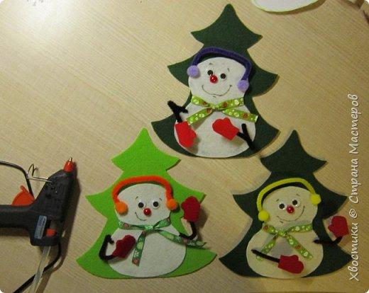 Хочется каждый новый год украсить новыми интерьерными штучками :) Поэтому решила украсить новогодний праздничный стол вот такими весёлыми кармашками для столовых приборов. Делюсь с вами, может, кому-то приглянется тоже. фото 13