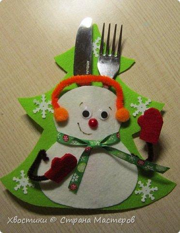 Хочется каждый новый год украсить новыми интерьерными штучками :) Поэтому решила украсить новогодний праздничный стол вот такими весёлыми кармашками для столовых приборов. Делюсь с вами, может, кому-то приглянется тоже. фото 17