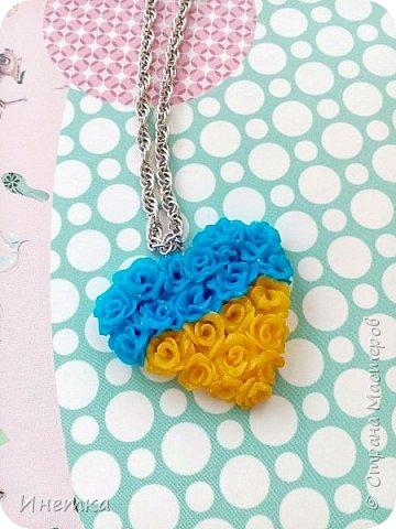 Кулончик  сердце из маленьких розочек желто-голубого цвета. Сделано из запекаемой полимерной глины с эфектом с блёстками. фото 1