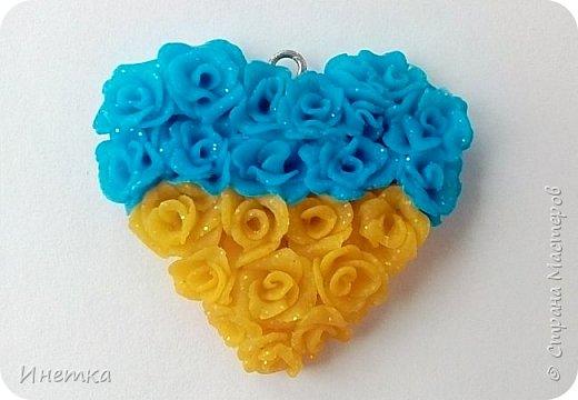 Кулончик  сердце из маленьких розочек желто-голубого цвета. Сделано из запекаемой полимерной глины с эфектом с блёстками. фото 3