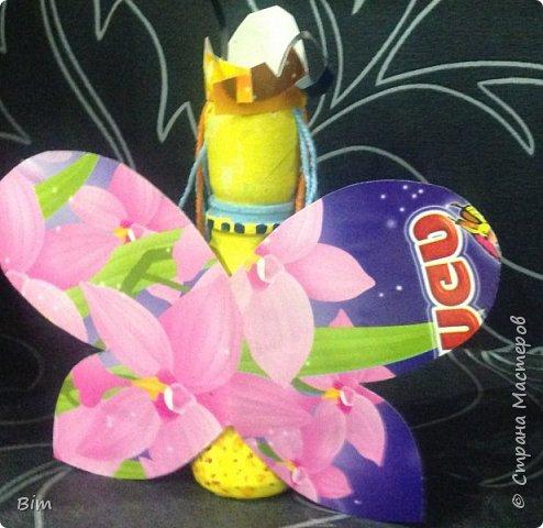 Бабочка из пластиковой бутылочки и контейнера из под киндер яйца фото 2