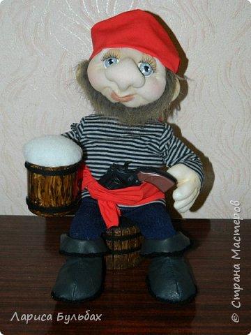 Уж очень мне  понравился пират с кружечкой  Ирины Мокреевой http://stranamasterov.ru/node/1003058 . И вот сделала тоже пирата  на подарок сыну.
