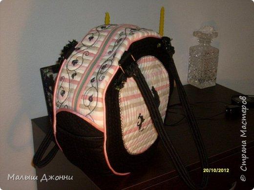 """Сумка сшита из плотной ткани двух расцветок. Все детали сумки уплотнены тонким синтепоном и простёганы нитками """"в тон"""". На светлых деталях все черные рисунки и узоры вышиты гладью и швом """"стебельчатый"""". Затем по контуру рисунки и узоры простеганы """"в тон"""" (чтобы сделать выпуклыми).  фото 5"""