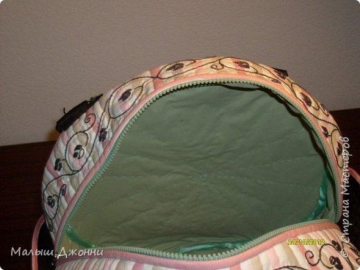 """Сумка сшита из плотной ткани двух расцветок. Все детали сумки уплотнены тонким синтепоном и простёганы нитками """"в тон"""". На светлых деталях все черные рисунки и узоры вышиты гладью и швом """"стебельчатый"""". Затем по контуру рисунки и узоры простеганы """"в тон"""" (чтобы сделать выпуклыми).  фото 4"""