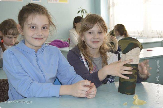 """Здравствуйте! Накануне праздника """"23 февраля"""" мы с девчонками класса, в котором учится мой сын, подготовили для мальчишек оригинальные подарки из полотенец в виде Солдата - будущего защитника Отечества. Мастер-класс проводила в школе. Так как девочек в нашем классе больше, чем мальчиков, некоторые работали парами. фото 23"""