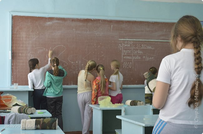 """Здравствуйте! Накануне праздника """"23 февраля"""" мы с девчонками класса, в котором учится мой сын, подготовили для мальчишек оригинальные подарки из полотенец в виде Солдата - будущего защитника Отечества. Мастер-класс проводила в школе. Так как девочек в нашем классе больше, чем мальчиков, некоторые работали парами. фото 25"""