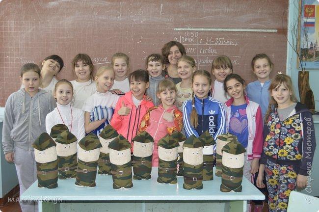 """Здравствуйте! Накануне праздника """"23 февраля"""" мы с девчонками класса, в котором учится мой сын, подготовили для мальчишек оригинальные подарки из полотенец в виде Солдата - будущего защитника Отечества. Мастер-класс проводила в школе. Так как девочек в нашем классе больше, чем мальчиков, некоторые работали парами. фото 34"""