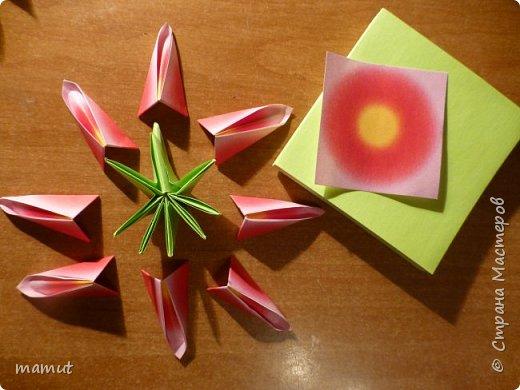 Основа этого цветущего шарика - кусудама электра, собранная из листков бумажного блока с клеевым краем.  фото 2