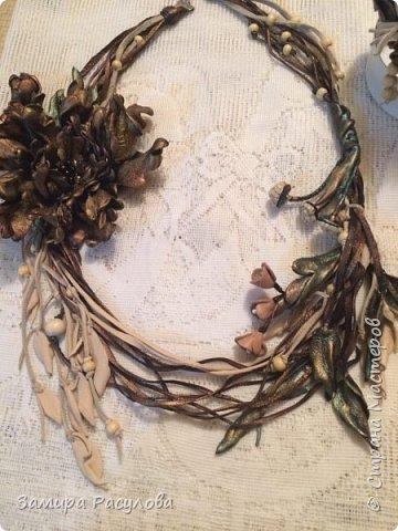 Колье из кожи. Цветок снимается и можно использовать как брошь. Колье на шнурах, бусины деревянные . Ветки на проволоке. фото 1