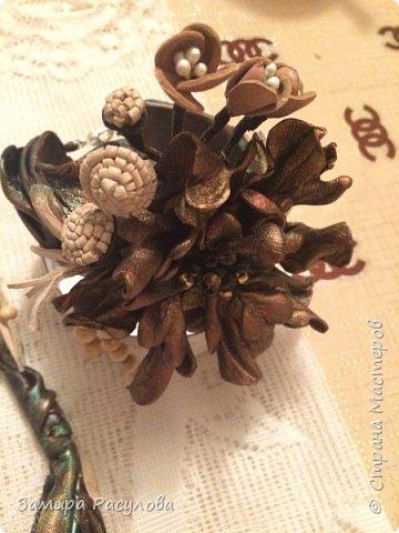 Колье из кожи. Цветок снимается и можно использовать как брошь. Колье на шнурах, бусины деревянные . Ветки на проволоке. фото 4