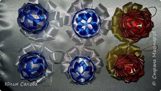 На шарик бело-синий ушло синий ленты 40 лепестков. Ширина ленты2,5 см и длинна 6 см. Белой столько же.  На каждый лепесток ушло по 2 иголки-гвоздик с плоской шляпкой фото 2