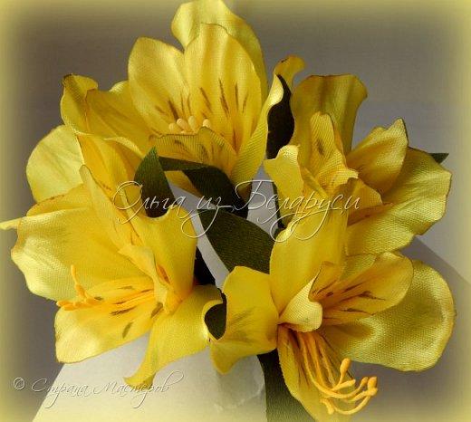 Год назад привлек меня изумительной красоты цветок альстромерия,долго я к нему не решалась подойти),любовалась издали и собирала фото,которые изучала и подробно рассматривала.Да вот только смотреть да рассматривать-это одно,а дело делать -это другое.Без проб и ошибок никак не обойтись,вот я и взялась за практику.     Перед вами  моя третья попытка на сегодняшний день.     Пока тычинки не реалистичные,а самые обычные.Пытаюсь понять:каким именно должен быть шаблон лепестка,как его обработать.... тем не менее выставляю на всеобщее обозрение,к критике готова) фото 20