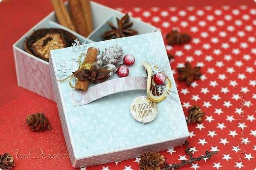 Я продолжаю готовиться к новому году. И сегодня я хочу показать вам подарочную коробочку для ... Ну возможно для ароматных специй. Украсила ее палочкой корицы, звездочкой бадьяна и засушенной долькой лимона.  Коробочка получилась очень ароматная фото 1