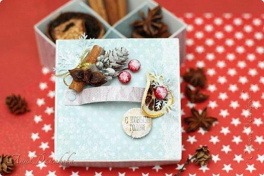Я продолжаю готовиться к новому году. И сегодня я хочу показать вам подарочную коробочку для ... Ну возможно для ароматных специй. Украсила ее палочкой корицы, звездочкой бадьяна и засушенной долькой лимона.  Коробочка получилась очень ароматная фото 6