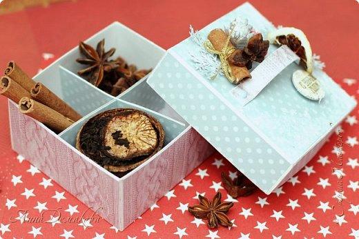 Я продолжаю готовиться к новому году. И сегодня я хочу показать вам подарочную коробочку для ... Ну возможно для ароматных специй. Украсила ее палочкой корицы, звездочкой бадьяна и засушенной долькой лимона.  Коробочка получилась очень ароматная фото 7