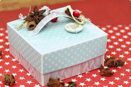 Я продолжаю готовиться к новому году. И сегодня я хочу показать вам подарочную коробочку для ... Ну возможно для ароматных специй. Украсила ее палочкой корицы, звездочкой бадьяна и засушенной долькой лимона.  Коробочка получилась очень ароматная фото 9