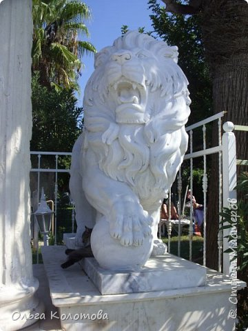 Набережная Сиде, Турция. Кот отдыхает в тени льва. фото 4