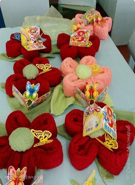 """Здравствуйте! Накануне празднования Международного женского дня мы с мальчишками класса, в котором учится мой сын, подготовили оригинальные подарки для девочек - цветы из полотенец. В качестве сладкого презента вложили в подарок шоколад """"Аленка"""". фото 14"""