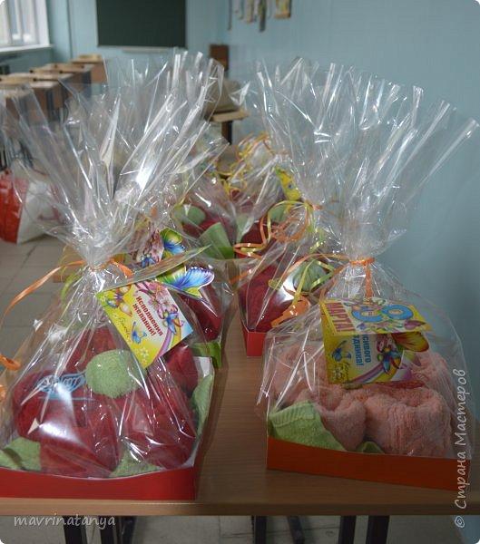 """Здравствуйте! Накануне празднования Международного женского дня мы с мальчишками класса, в котором учится мой сын, подготовили оригинальные подарки для девочек - цветы из полотенец. В качестве сладкого презента вложили в подарок шоколад """"Аленка"""". фото 1"""