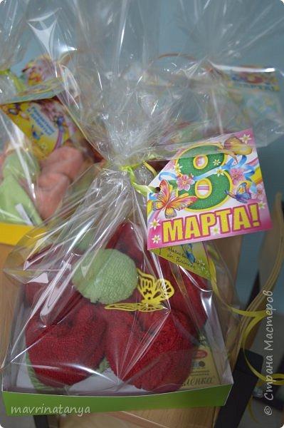 """Здравствуйте! Накануне празднования Международного женского дня мы с мальчишками класса, в котором учится мой сын, подготовили оригинальные подарки для девочек - цветы из полотенец. В качестве сладкого презента вложили в подарок шоколад """"Аленка"""". фото 19"""
