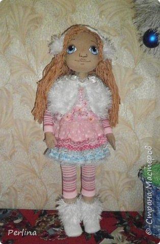 Авторская кукла, ручная работа . Пошита из габардина, набивка синтепон, волосы пряжа для вязания, лицо нарисовано акриловой краской, рост 52 см. Одежда и аксессуары съёмные. Дополнительная одежда. Кукла стоит, лежит. Изготовлена в одном экземпляре.    фото 2