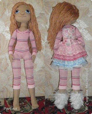 Авторская кукла, ручная работа . Пошита из габардина, набивка синтепон, волосы пряжа для вязания, лицо нарисовано акриловой краской, рост 52 см. Одежда и аксессуары съёмные. Дополнительная одежда. Кукла стоит, лежит. Изготовлена в одном экземпляре.    фото 1