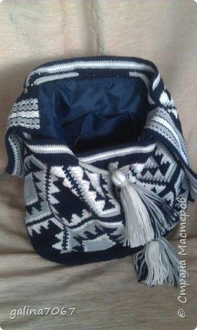 Удобная вместительная сумка — «ведро» издавна использовалась индейцами Южной Америки. Колумбийские женщины плели такие сумки для своих мужчин. С ними ходили на работу, носили в заплечном мешке еду и инструменты. Красивая сумка с ярким орнаментом получила название Мочила (Mochila). Самые красивые сумки-мочила изготавливают индейцы племени Уаиуу, проживающие в пустыне Гуаджира. Мочилы изготавливаются разные по размеру и цветовой гамме. Большая сумка предназначалась для личных вещей; средних размеров — для продуктов питания. В самых маленьких мешочках индейцы носили с собой листья коки, которые они постоянно жуют для поднятия тонуса.  диаметр дна 30 см длина по кругу 75 см высота 32 см лямка тканная на бердышке шнур связан крючком кисти 13 см подклад с кармашиками   фото 3