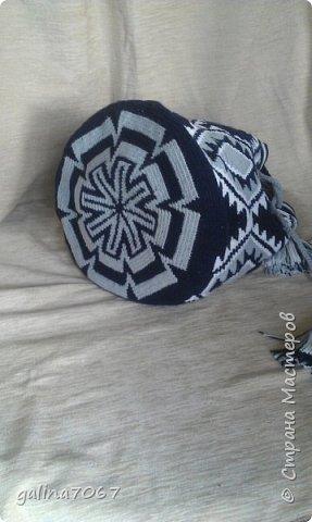 Удобная вместительная сумка — «ведро» издавна использовалась индейцами Южной Америки. Колумбийские женщины плели такие сумки для своих мужчин. С ними ходили на работу, носили в заплечном мешке еду и инструменты. Красивая сумка с ярким орнаментом получила название Мочила (Mochila). Самые красивые сумки-мочила изготавливают индейцы племени Уаиуу, проживающие в пустыне Гуаджира. Мочилы изготавливаются разные по размеру и цветовой гамме. Большая сумка предназначалась для личных вещей; средних размеров — для продуктов питания. В самых маленьких мешочках индейцы носили с собой листья коки, которые они постоянно жуют для поднятия тонуса.  диаметр дна 30 см длина по кругу 75 см высота 32 см лямка тканная на бердышке шнур связан крючком кисти 13 см подклад с кармашиками   фото 2