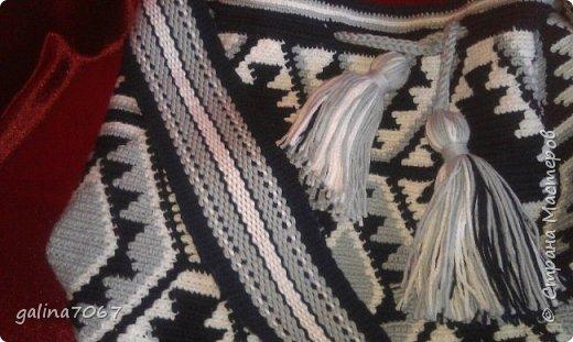 Удобная вместительная сумка — «ведро» издавна использовалась индейцами Южной Америки. Колумбийские женщины плели такие сумки для своих мужчин. С ними ходили на работу, носили в заплечном мешке еду и инструменты. Красивая сумка с ярким орнаментом получила название Мочила (Mochila). Самые красивые сумки-мочила изготавливают индейцы племени Уаиуу, проживающие в пустыне Гуаджира. Мочилы изготавливаются разные по размеру и цветовой гамме. Большая сумка предназначалась для личных вещей; средних размеров — для продуктов питания. В самых маленьких мешочках индейцы носили с собой листья коки, которые они постоянно жуют для поднятия тонуса.  диаметр дна 30 см длина по кругу 75 см высота 32 см лямка тканная на бердышке шнур связан крючком кисти 13 см подклад с кармашиками   фото 4