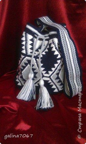 Удобная вместительная сумка — «ведро» издавна использовалась индейцами Южной Америки. Колумбийские женщины плели такие сумки для своих мужчин. С ними ходили на работу, носили в заплечном мешке еду и инструменты. Красивая сумка с ярким орнаментом получила название Мочила (Mochila). Самые красивые сумки-мочила изготавливают индейцы племени Уаиуу, проживающие в пустыне Гуаджира. Мочилы изготавливаются разные по размеру и цветовой гамме. Большая сумка предназначалась для личных вещей; средних размеров — для продуктов питания. В самых маленьких мешочках индейцы носили с собой листья коки, которые они постоянно жуют для поднятия тонуса.  диаметр дна 30 см длина по кругу 75 см высота 32 см лямка тканная на бердышке шнур связан крючком кисти 13 см подклад с кармашиками   фото 1