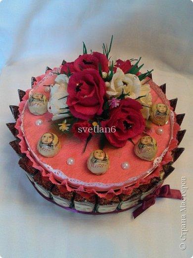 Добрый день всем мастерам и мастерицам,на днях муж дал мне задание сделать какой-нибудь подарочек для жены начальника,А так как она сладкоежка и зовут Елена,идея пришла сделать сладкий тортик с конфетами и печеньем,вот что получилось,судите сами!!! фото 2