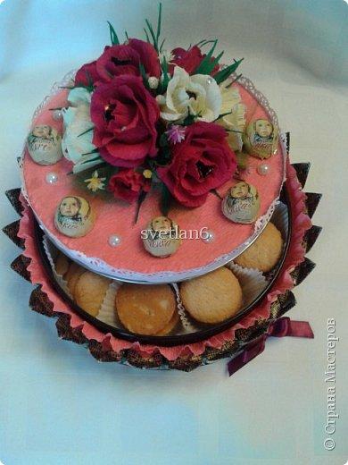 Добрый день всем мастерам и мастерицам,на днях муж дал мне задание сделать какой-нибудь подарочек для жены начальника,А так как она сладкоежка и зовут Елена,идея пришла сделать сладкий тортик с конфетами и печеньем,вот что получилось,судите сами!!! фото 3
