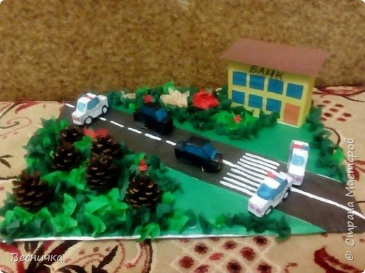 """Поделка к школьному конкурсу """"Полиция глазами детей"""". Делали вместе с сыном. Машинки, дом из картона. Растительность из шишек и торцовочки из салфеток и гофрированной бумаги. фото 1"""