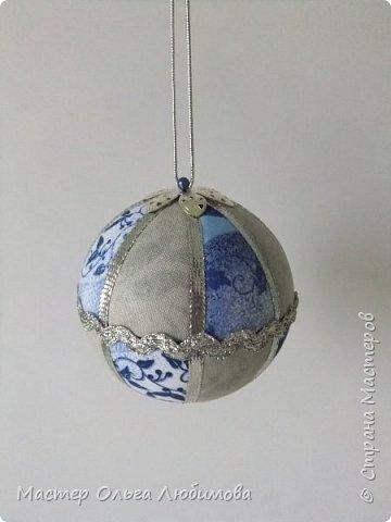 Все новогодние шарики выполнены в технике кимекоми. Работа кропотливая, требует аккуратности и терпения, но зато результат очень радует. А главное-такой полет фантазии в выборе ткани, в комбинациях и конечно же в декорировании. фото 2