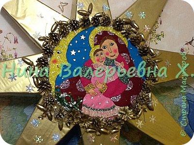 Доброго времени суток, мастера и мастерицы! Моя новая рождественская работа на городской конкурс. Это огромная объемная звезда для колядования. Радиус где-то 1.2 метра. Картина из кусочков фетра. Украшена шишками, желудями, лентами, бубенчиками. Покрашены золотой краской из баллончика на пленку пвх. Звезда объемная-толщина серединка 6 см, лучи-это пирамиды с высотой 44см. Палка металлическая вставлена вовнутрь. Внутрь звезды  и нижний луч залили пену для прочности нахождения палки. Вот такая не тяжелая, для своего размера, и красивая рождественская звезда получилась. Спасибо всем зашедшим за внимание. Очень интересно будет услышать ваши комментарии) фото 1