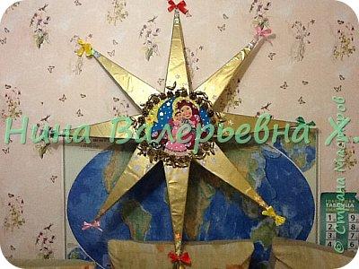Доброго времени суток, мастера и мастерицы! Моя новая рождественская работа на городской конкурс. Это огромная объемная звезда для колядования. Радиус где-то 1.2 метра. Картина из кусочков фетра. Украшена шишками, желудями, лентами, бубенчиками. Покрашены золотой краской из баллончика на пленку пвх. Звезда объемная-толщина серединка 6 см, лучи-это пирамиды с высотой 44см. Палка металлическая вставлена вовнутрь. Внутрь звезды  и нижний луч залили пену для прочности нахождения палки. Вот такая не тяжелая, для своего размера, и красивая рождественская звезда получилась. Спасибо всем зашедшим за внимание. Очень интересно будет услышать ваши комментарии) фото 2
