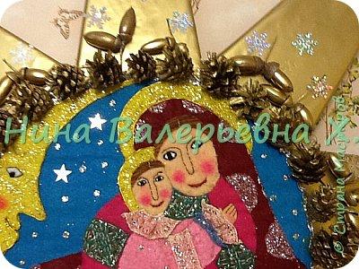 Доброго времени суток, мастера и мастерицы! Моя новая рождественская работа на городской конкурс. Это огромная объемная звезда для колядования. Радиус где-то 1.2 метра. Картина из кусочков фетра. Украшена шишками, желудями, лентами, бубенчиками. Покрашены золотой краской из баллончика на пленку пвх. Звезда объемная-толщина серединка 6 см, лучи-это пирамиды с высотой 44см. Палка металлическая вставлена вовнутрь. Внутрь звезды  и нижний луч залили пену для прочности нахождения палки. Вот такая не тяжелая, для своего размера, и красивая рождественская звезда получилась. Спасибо всем зашедшим за внимание. Очень интересно будет услышать ваши комментарии) фото 5