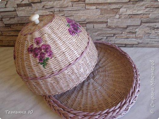 Здравствуйте дорогие соседи и соседки, мастера и мастерицы и просто заглянувшие в гости. Я сегодня к вам вот с таким набором на кухню в сиреневом цвете. Он предназначен моей свахе на день рождения. Очень хотелось в эти осенние серые дни подарить кусочек солнечного лета.  Фиалки цветут на окне Сиреневым ярким цветом С утра улыбаются мне Они солидарны с летом. Пусть осень романсы поет И листья с деревьев срывает. Пусть дождь со снегом идет И грусть меж домами летает. Фиалки цветут для души,  Как раз на мои именины, Свежи и так хороши Еще и по детски ранимы. Когда думала какой подарок сделать, на глаза случайно попалось вот это стихотворение и вопрос с подарком был решен. Все плела в первый раз, и хлебницу, и чашечку, и салфетницу. А еще фотографировала фотоаппаратом(сын отдал  какой то) Не все получилось, как хотелось(косяков много, сама их вижу), но все равно результатом довольна. Ну что же усаживайтесь поудобней и приятного просмотра. фото 24