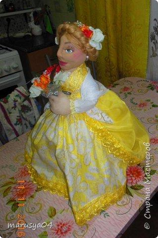 Вот такое Солнышко взошло у меня в 5 утра... А я замертво упала спать - в 7.00 на работу))) Ну что не сделаешь для любимой бабули. Ей уже 86 лет исполнятся. Захотелось сделать необычный подарок. Правда в планах была деревенская красавица с косой вокруг головы в сарафане - как у бабули в молодости. Но при пошиве сарафана мне захотелось цвета, к сарафану пришился ярко-желтый тюль и кружево. И деревенский образ как-то растворился. Получилась этакая панночка. Корзинки уж к такому платью не клеились. Да и времени уже не было. Ограничилась цветочками))) фото 4