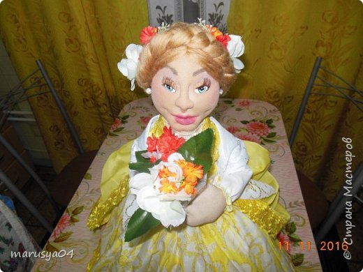 Вот такое Солнышко взошло у меня в 5 утра... А я замертво упала спать - в 7.00 на работу))) Ну что не сделаешь для любимой бабули. Ей уже 86 лет исполнятся. Захотелось сделать необычный подарок. Правда в планах была деревенская красавица с косой вокруг головы в сарафане - как у бабули в молодости. Но при пошиве сарафана мне захотелось цвета, к сарафану пришился ярко-желтый тюль и кружево. И деревенский образ как-то растворился. Получилась этакая панночка. Корзинки уж к такому платью не клеились. Да и времени уже не было. Ограничилась цветочками))) фото 5