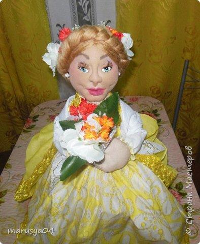 Вот такое Солнышко взошло у меня в 5 утра... А я замертво упала спать - в 7.00 на работу))) Ну что не сделаешь для любимой бабули. Ей уже 86 лет исполнятся. Захотелось сделать необычный подарок. Правда в планах была деревенская красавица с косой вокруг головы в сарафане - как у бабули в молодости. Но при пошиве сарафана мне захотелось цвета, к сарафану пришился ярко-желтый тюль и кружево. И деревенский образ как-то растворился. Получилась этакая панночка. Корзинки уж к такому платью не клеились. Да и времени уже не было. Ограничилась цветочками))) фото 6