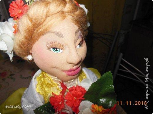 Вот такое Солнышко взошло у меня в 5 утра... А я замертво упала спать - в 7.00 на работу))) Ну что не сделаешь для любимой бабули. Ей уже 86 лет исполнятся. Захотелось сделать необычный подарок. Правда в планах была деревенская красавица с косой вокруг головы в сарафане - как у бабули в молодости. Но при пошиве сарафана мне захотелось цвета, к сарафану пришился ярко-желтый тюль и кружево. И деревенский образ как-то растворился. Получилась этакая панночка. Корзинки уж к такому платью не клеились. Да и времени уже не было. Ограничилась цветочками))) фото 7
