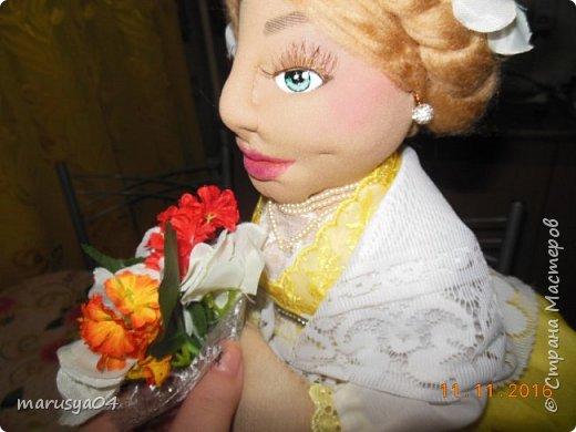 Вот такое Солнышко взошло у меня в 5 утра... А я замертво упала спать - в 7.00 на работу))) Ну что не сделаешь для любимой бабули. Ей уже 86 лет исполнятся. Захотелось сделать необычный подарок. Правда в планах была деревенская красавица с косой вокруг головы в сарафане - как у бабули в молодости. Но при пошиве сарафана мне захотелось цвета, к сарафану пришился ярко-желтый тюль и кружево. И деревенский образ как-то растворился. Получилась этакая панночка. Корзинки уж к такому платью не клеились. Да и времени уже не было. Ограничилась цветочками))) фото 12