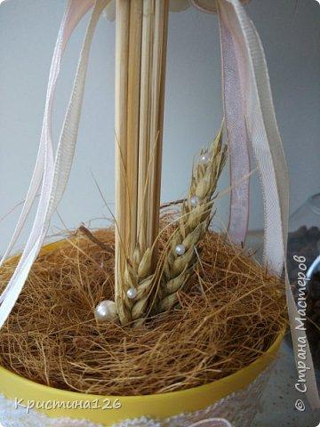 Очень лаконичный по декору топиарий)). Основа- пенопластовый шар, ствол - связка деревянных шпажек, цветы покупные из фоамирана, зафиксирована конструкция в кусок пенопласта, сверху закрыта кокосовым волокном фото 4