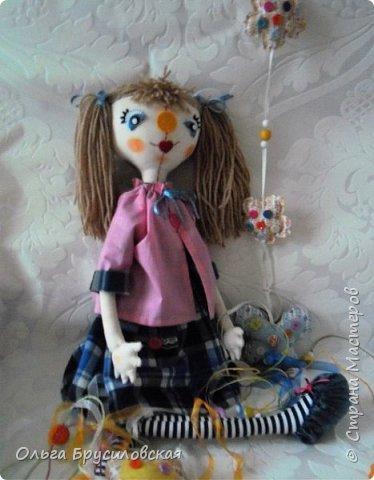Привет всем в СМ! Я сегодня с очередной своей куклой и не только...  У внучки Аллочки (А.Б.Я http://stranamasterov.ru/user/154138) скоро день рождения. По словам бабушки, внучка - девочка озорная. А таких озорных кукол я увидела у нашего замечательного Мастера Светланы Хачиной. По ее МК http://stranamasterov.ru/node/798703 и сшила эту куклеху. фото 2